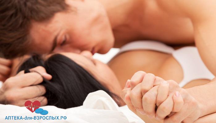 Мужчина занимается любовью с девушкой под действием добавки Оргазекс