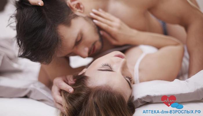 Мужчина занимается любовью с девушкой под действием пилюль Лужун