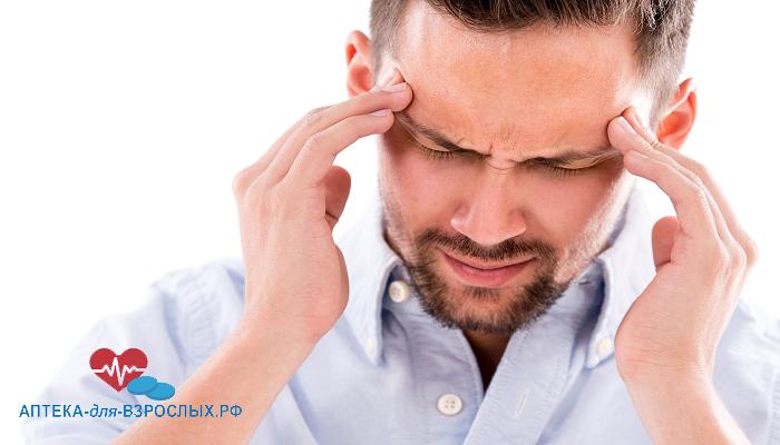 Мужчина испытывает головные боли от передозировки препарата