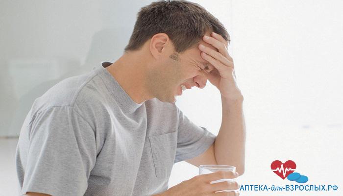 Мужчина испытывает головные боли от передозировки препаратом