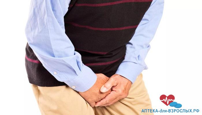 Мужчина испытывает дискомфорт в паховой области из-за аллергии на состав крема