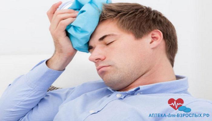 Мужчина приложил лед к голове из-за побочных эффектов от передозировки препаратом