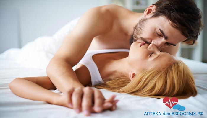 Мужчина страстно целует блондинку под действием Левитры