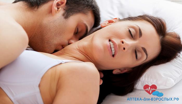 Мужчина страстно целует девушку в шею под действием Super Vilitra