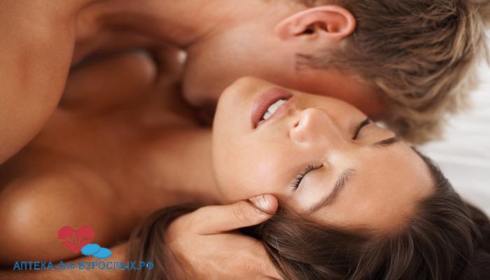 Мужчина страстно целует девушку под действием Импазы