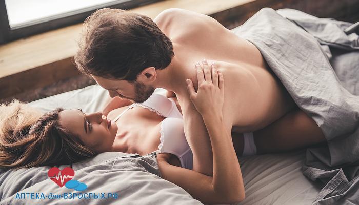 Мужчина с девушкой в постели под действием БАДа
