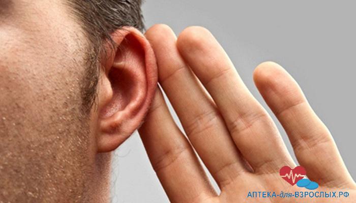 Мужчина испытывает проблемы со слухом из-за побочных действий препарата