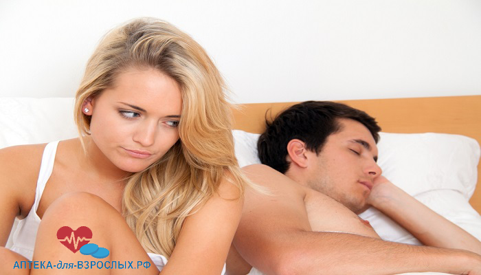 Недовольная блондинка с мужчиной в постели