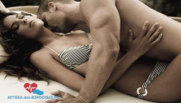 Обнаженный мужчина в постели с женщиной под действием Молот Тора капель