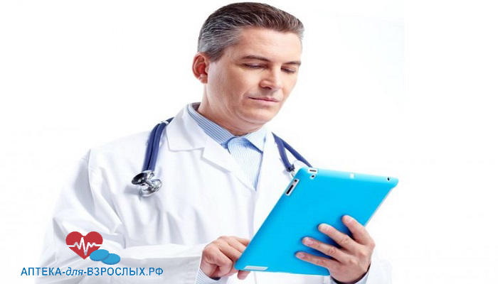 Опытный врач держит планшет в руках