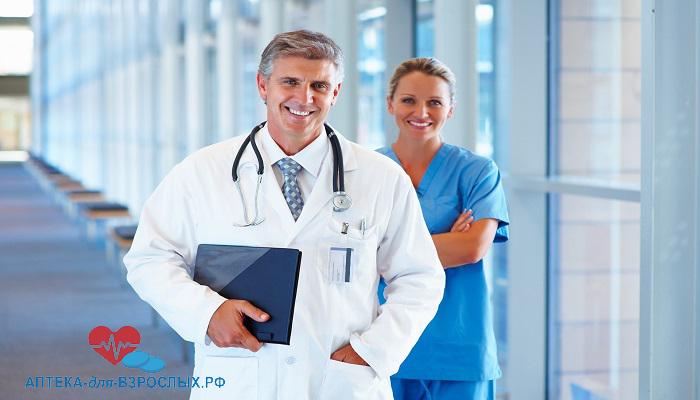 Опытный врач со своей помощницей