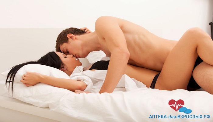 Пара занимается любовью на кровати