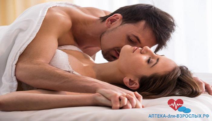Пара занимается любовью под одеялом благодаря Прилиджи
