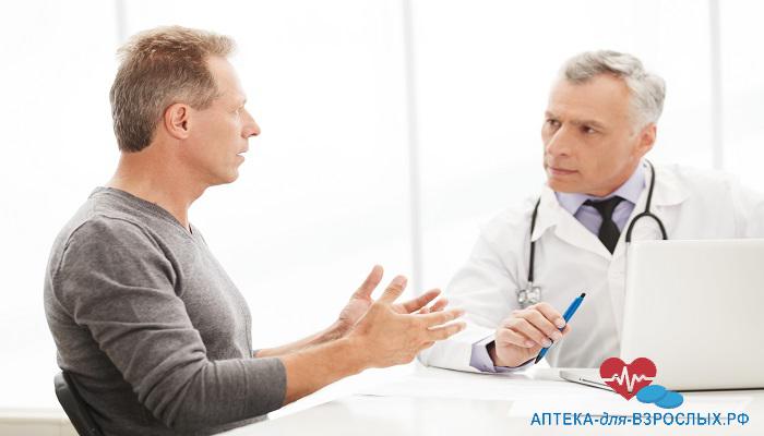 Седоволосый врач общается с пациентом