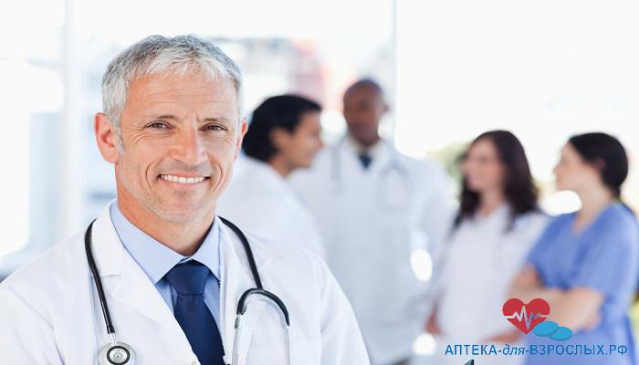 Седоволосый врач со своими коллегами