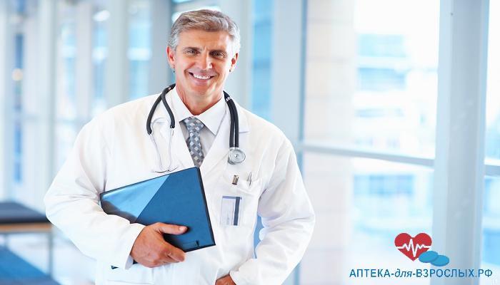Фото седоволосый врач с папкой в руках