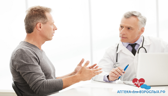 Седоволосый врач с пациентом