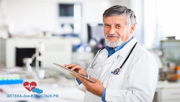 Седоволосый врач с планшетом в руках