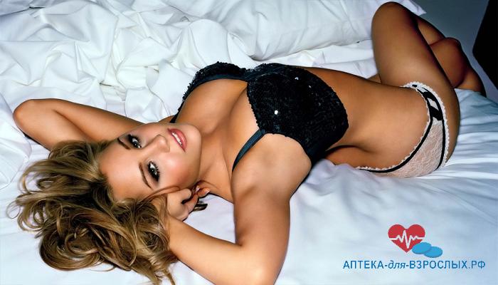 Сексуальная девушка на кровати под действием Серебряной Лисы