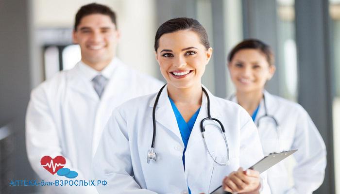 Фото симпатичная девушка-врач со своими коллегами