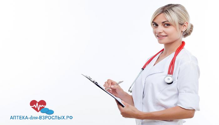 Симпатичная девушка-врач с авторучкой в руках