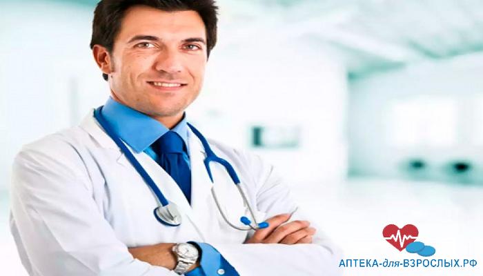 Nемноволосый врач в белоснежном халате