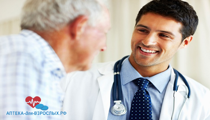Темноволосый врач общается с пожилым мужчиной
