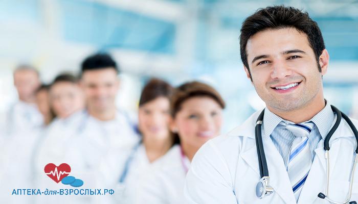 Темноволосый молодой врач со своими коллегами