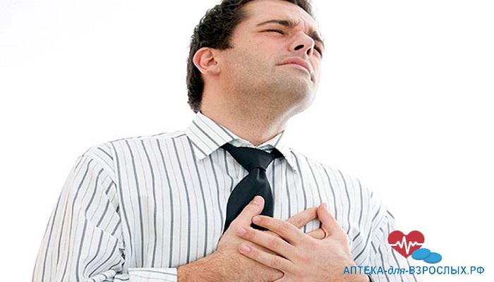 Темноволосый мужчина плохо себя чувствует из-за аллергии на состав