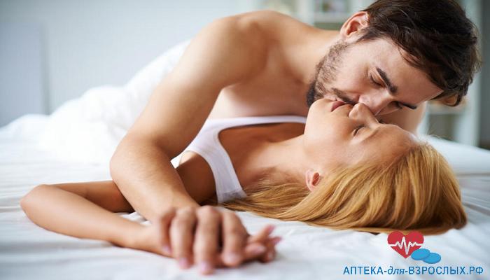 Темноволосый мужчина с девушкой на кровати под действием Зенегры