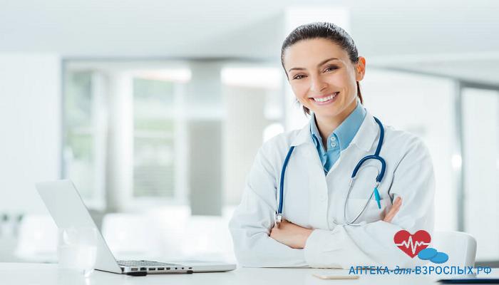 Улыбающаяся девушка-врач с ноутбуком