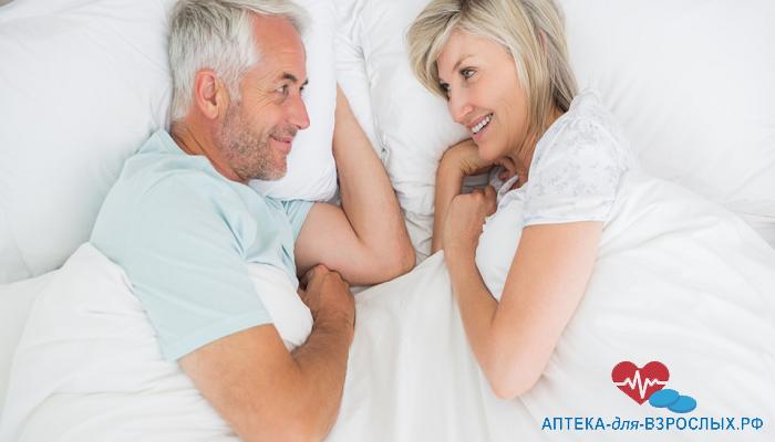 Улыбающаяся пожилая пара в кровати