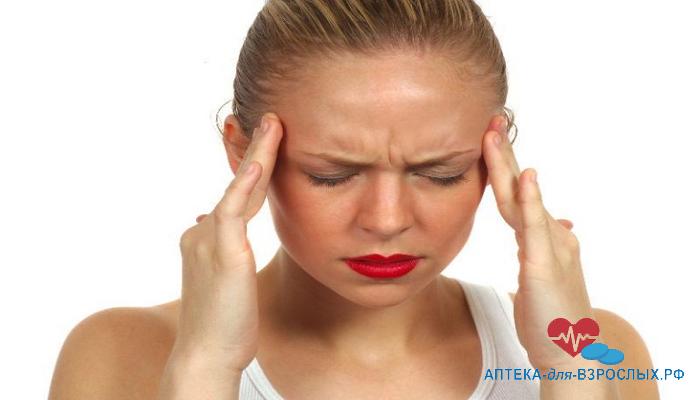 У девушки болит голова от неправильного использования Роаккутана